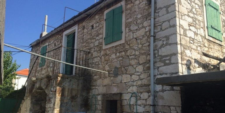 Old stone house in attractive location (5)