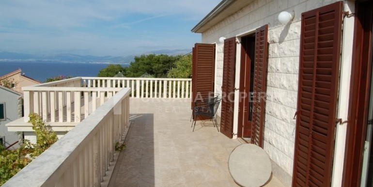 Samostojeća kamena kuća s pogledom na more