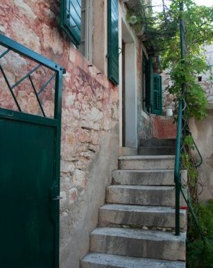 An_old_stone_house_in_Sutivan_(1)