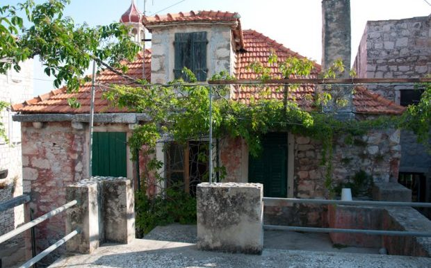 Old stone house in centre of Sutivan