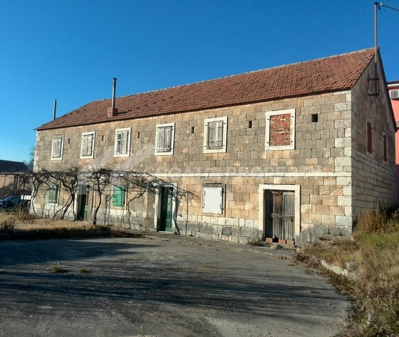 Beautiful stone house with infield in Glavice near Sinj