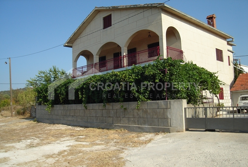 Family house close to beach in Vinisce