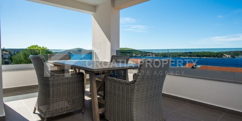 modern villa with pool and sea view Rogoznica (15)
