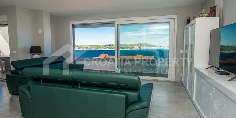 modern villa with pool and sea view Rogoznica (17)