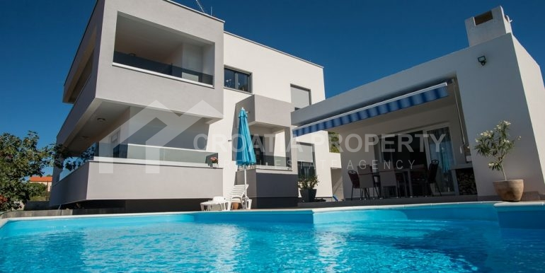 modern villa with pool and sea view Rogoznica (21)