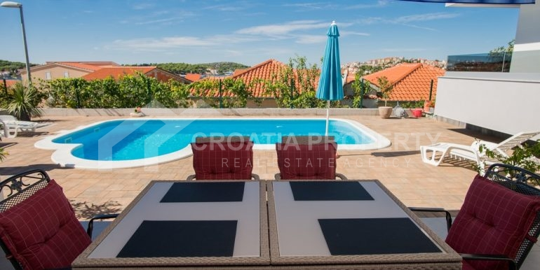 modern villa with pool and sea view Rogoznica (23)
