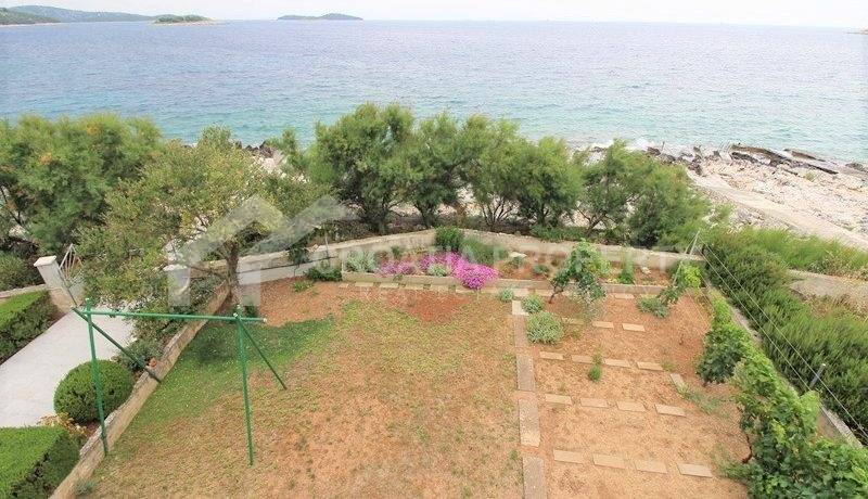 Detached seafront house Rogoznica (17)