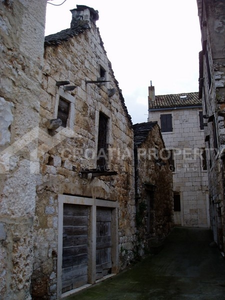 Old stone house on island of Vis for sale