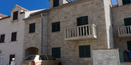Excellent house in a row for sale in Bol