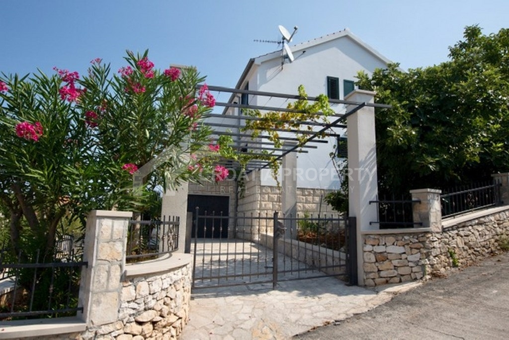 Three-level house in Sutivan, for sale