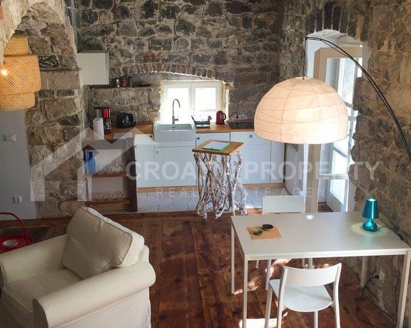renovated stone house Sutivan (10)