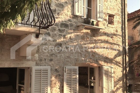 renovated stone house Sutivan (12)