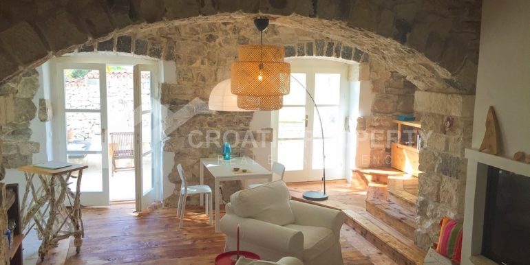 renovated stone house Sutivan (13)