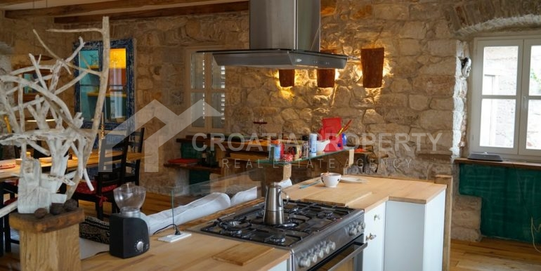 renovated stone house Sutivan (21)