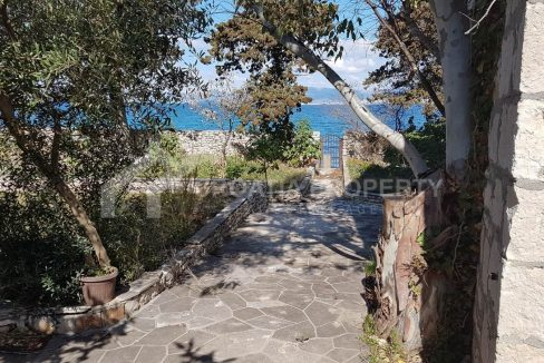 Unique seafront house for sale Sutivan - 1928 - garden (1)