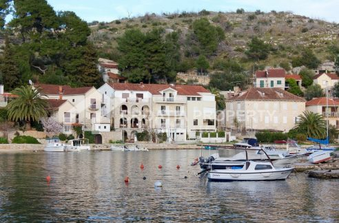 Seafront house for sale Bobovisca 1953 - house view (1)