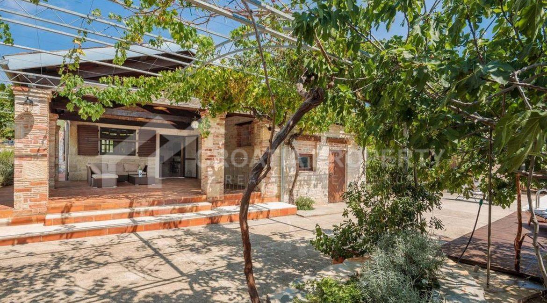 traditional stone villa - 1972 - photo (18)