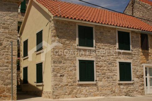 Seafront stone house on Šolta - 2110 - front view (1)