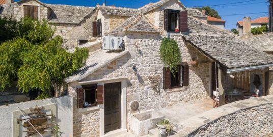 Prekrasna kamena kuća s bazenom Supetar