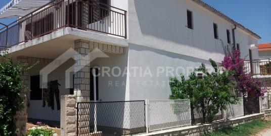 Haus mit 3 separaten Wohnungen Rogoznica